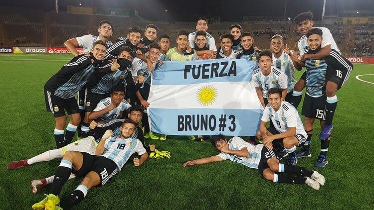 Todo el plantel y una bandera en apoyo a Bruno Amione, el defensor de Belgrano de Córdoba que fue baja del equipo por una lesión (Foto: @Argentina)