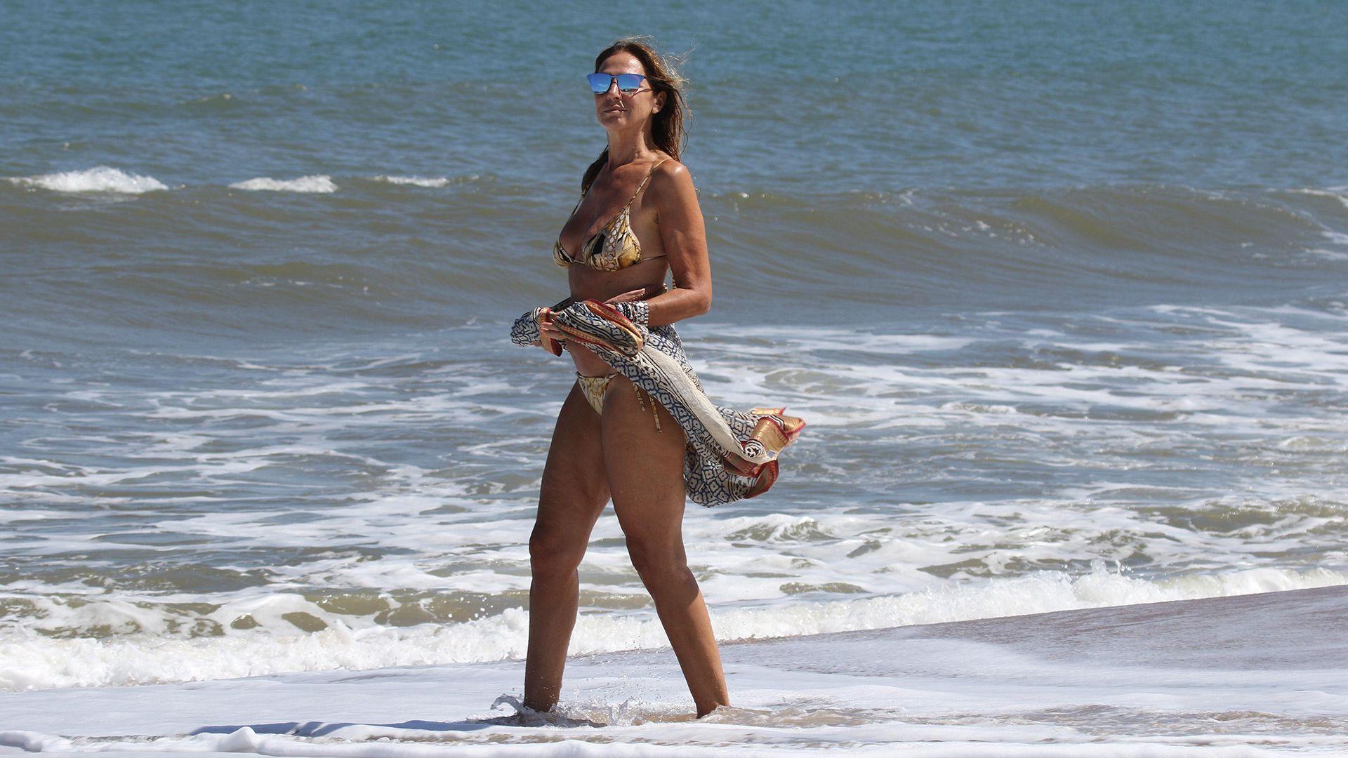 A los 60 años, Ginette Reynal se muestra espléndida en las playas de Punta del Este