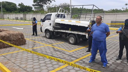 Álvaro José Mendoza Fajardo, capturado con millón y medio de dólares. Al fondo, el camioncito en que cargaba el dinero. (Foto 19 Digital)