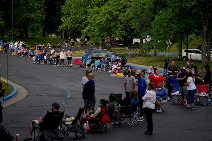La gente hace fila afuera para solicitar ayuda de desempleo en Frankfort, Kentucky, EE.UU. 18 de junio de 2020 (REUTERS/Bryan Woolston/Foto de archivo)