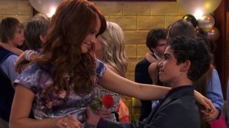 Debby Ryan, en el papel de Jessie, en una escena con Cameron Boyce, que interpretaba a Luke Ross (Foto: Disney Channel)