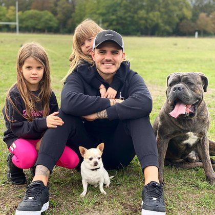 Mauro Icardi junto a sus hijas Francesca e Isabella y dos de sus mascotas, en el jardín de su casa de París