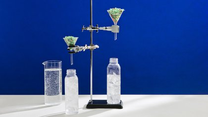 Científicos de IBM descubrieron una forma revolucionaria de hacer que PED -el plástico que se usa en todas las botellas de agua- sea 100% reciclable a través de VolCat.