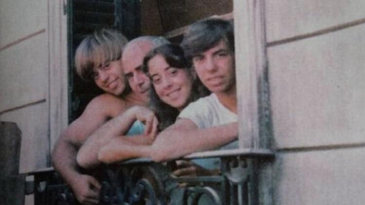 """Daniel """"Maguila"""", junto a su padre Arquímedes Puccio, su hermana Silvia y Guillermo en la casa de San Isidro donde el clan mantenía cautivas a sus víctimas durante la década del 80"""