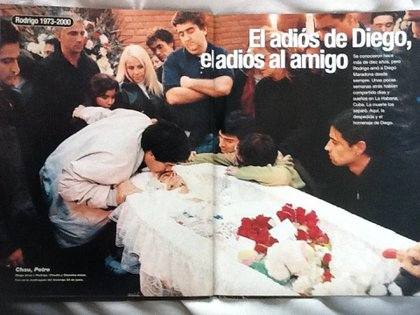 Diego fue hasta Lanús a despedir los restos de Rodrigo Bueno acompañado por Claudia, Leo y su hija Gianinna (Revista Gente)