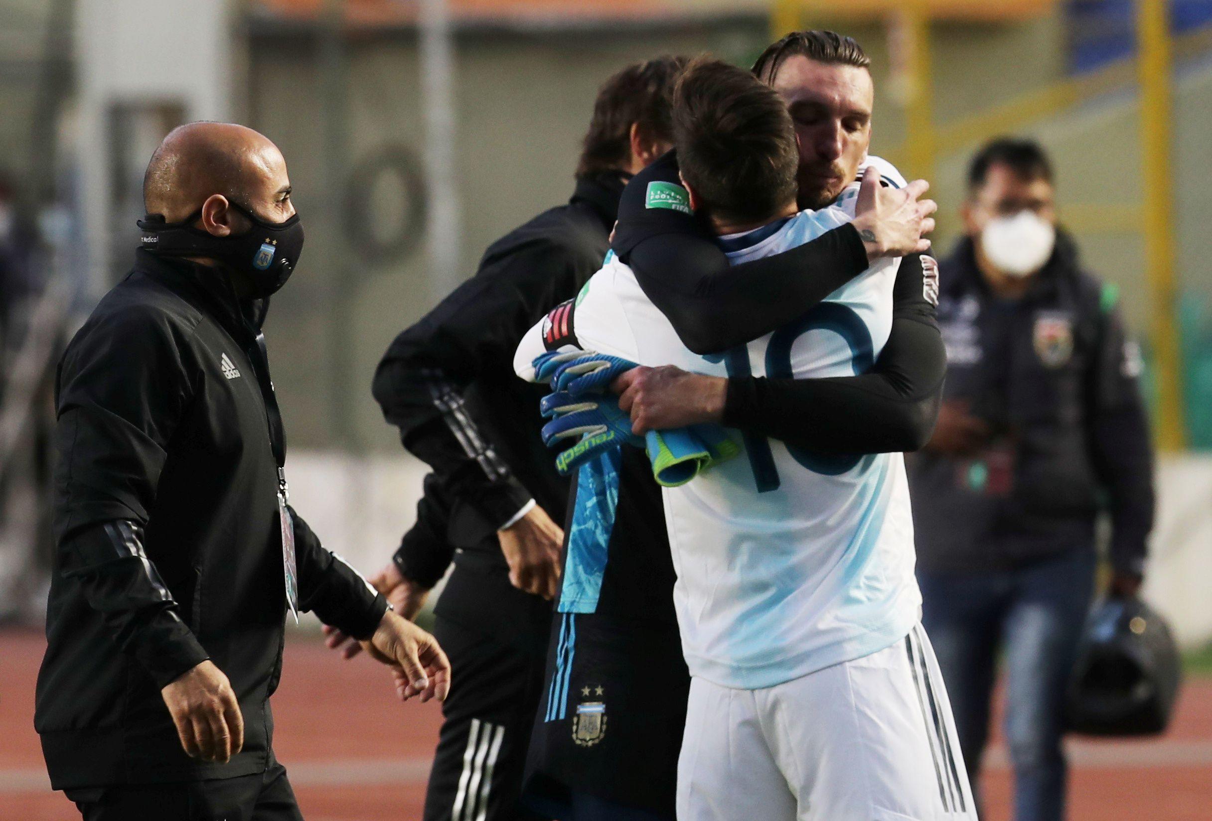 El abrazo de Messi con Armani, celebrando la histórica victoria