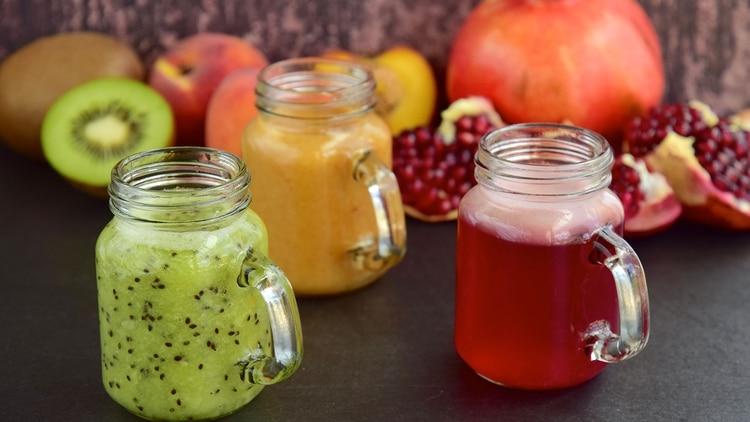 Es conveniente optar por las frutas de estación y regionales (Shutterstock)