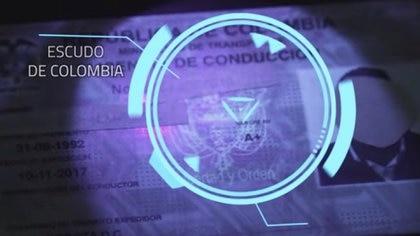 La luz ultravioleta le permite a autoridades distinguir la autenticidad de las licencias de conducción colombianas / (YouTube: Testigo Directo).