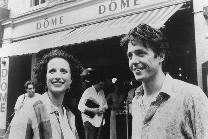Grant junto a Andie Mac Dowell en el rodaje de la recordada
