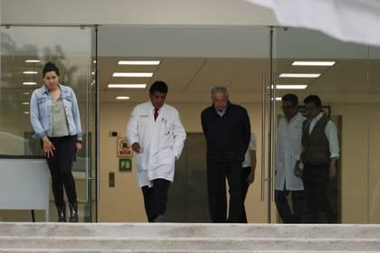 El presidente de México, Andrés Manuel López Obrador, se reúne con personal del Instituto Mexicano del Seguro Social en un hospital al sur de la Ciudad de México que será convertido para recibir a pacientes de COVID-19 (Foto: AP Photo/Rebecca Blackwell)