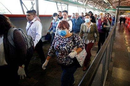 Usuarios utilizan máscaras protectoras mientras caminan dentro de las instalaciones del metro durante la pandemia de COVID-19 en la Ciudad de México (Foto: Gustavo Graf/ Reuters)