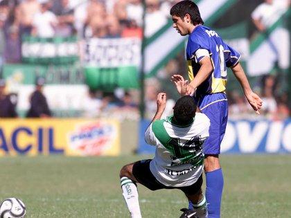 """La reacción de Riquelme contra Santa Cruz después de que le """"metiera el dedo""""  (FotoBaires)"""