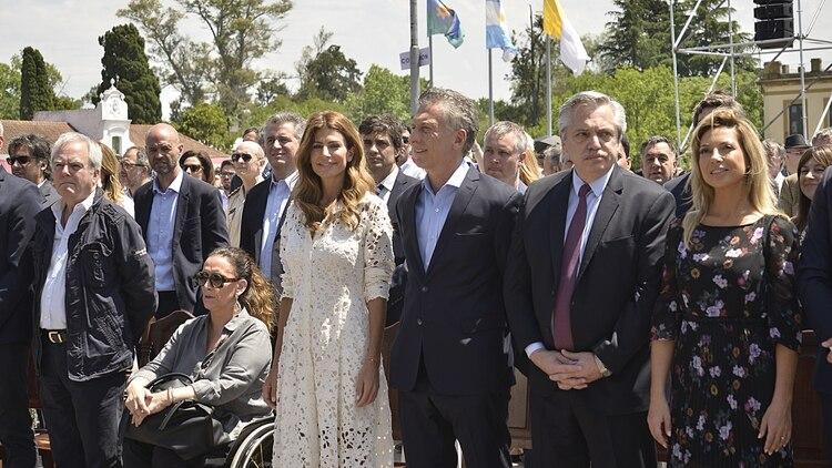 El presidente saliente, su flamante sucesor y las parejas respectivas de ambos, antes de iniciarse la misa (Gustavo Gavotti)
