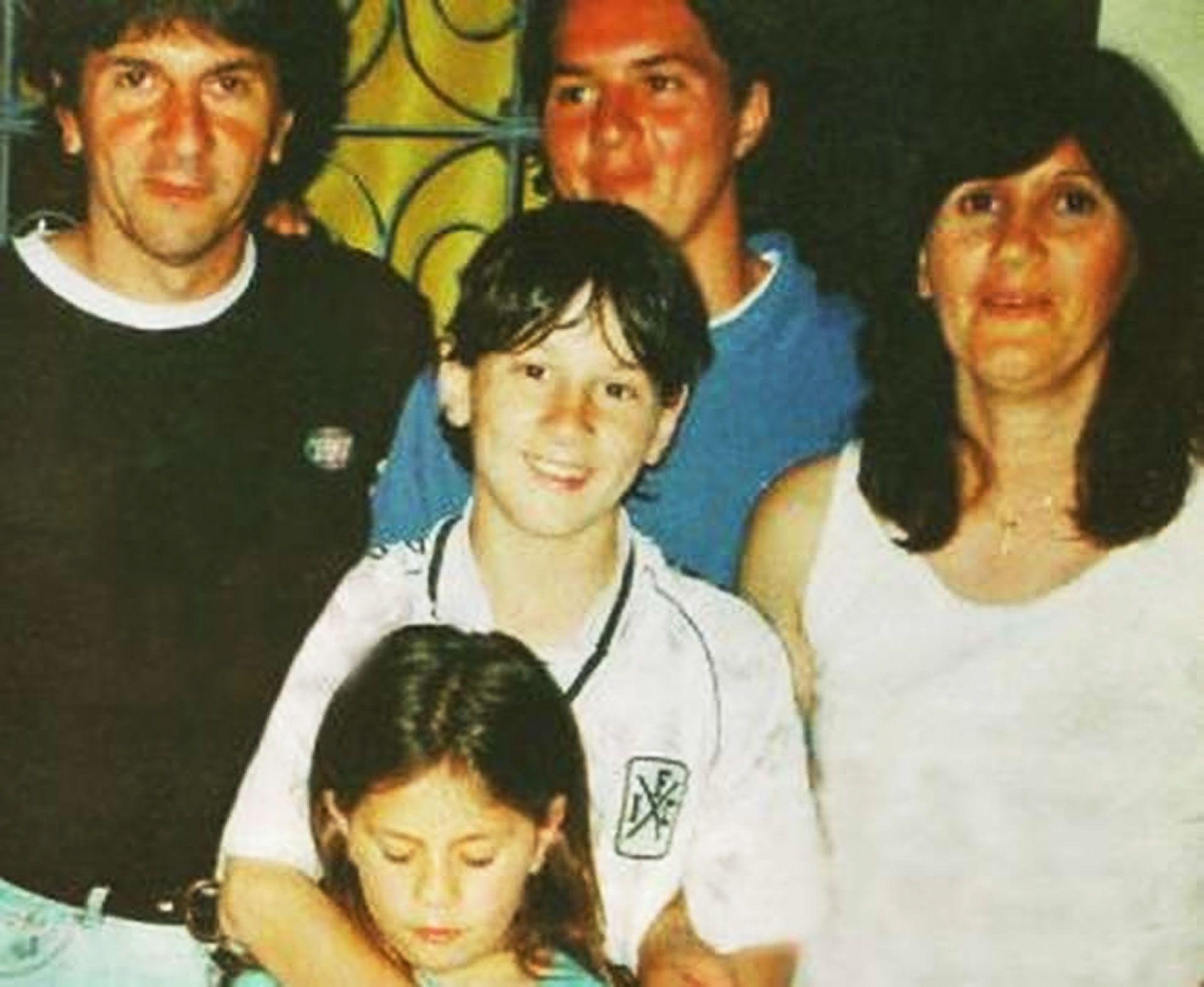 La imagen que generó confusión: Messi con una camiseta alternativa de Independiente en una foto familiar