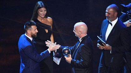 El momento en el que Infantino le entregó el premio al nuevo rey (Foto: Reuters)