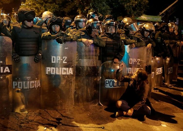 Policías se parapetan para enfrentar a los manifestantes (Reuters)