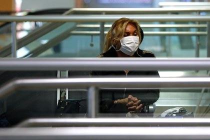 Personas con mascarillas protectoras en el Aeropuerto Internacional Jorge Chávez en Lima, Perú, 6 marzo 2020. REUTERS/Sebastian Castañeda NO USAR PARA  REVENTAS, NI ARCHIVOS