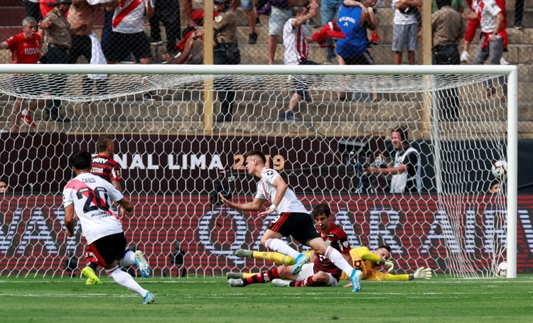 Tras un error de Filipe Luis, Nacho Fernández mandó el centro por lo bajo y el colombiano estampó el 1-0 parcial