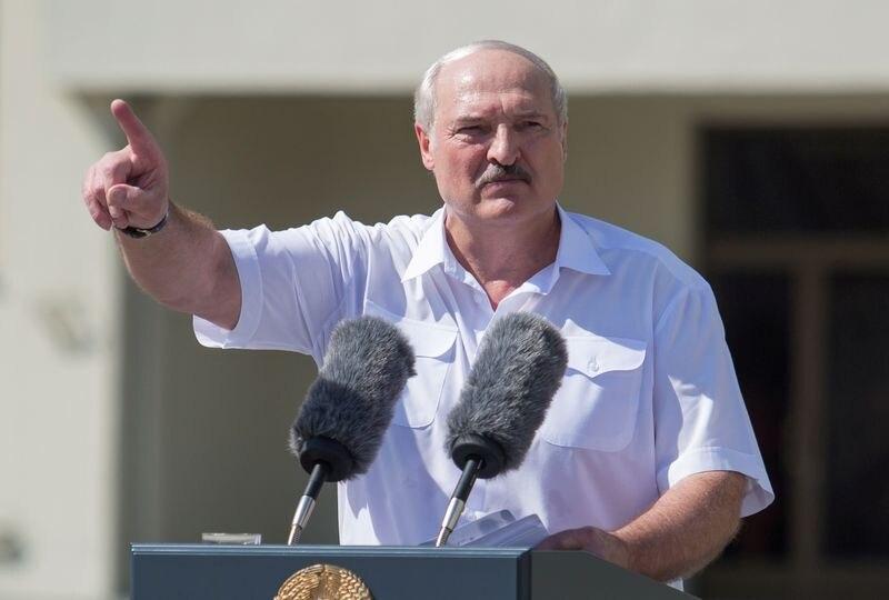 FOTO DE ARCHIVO: El presidente bielorruso, Alexander Lukashenko, pronuncia un discurso ante sus seguidores en la Plaza de la Independencia de Minsk, Bielorrusia, el 16 de agosto de 2020. REUTERS/Stringer