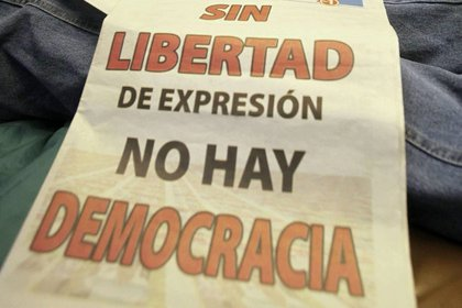 Un cartel en una protesta por la liberta de expresión en Venezuela (EFE/Archivo)
