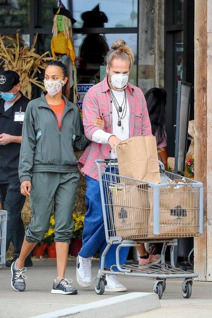 Zoe Saldana y su marido, Marco Perego, hicieron las compras durante el fin de semana en un supermercado de Malibú, California. Ambos se protegieron con su tapabocas. La actriz lució un look deportivo, mientras que su marido llevó puesto un jean, una remera blanca y una camisa abierta