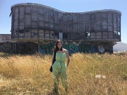 Vanessa frente al edificio Ariston de Mar del Plata, en ruinas