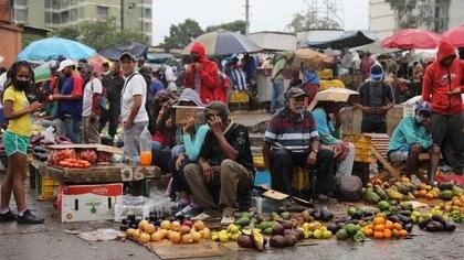 Foto de archivo de vendedores y compradores en el mercado de Coche en Caracas.  Jul 23, 2020.  REUTERS/Manaure Quintero