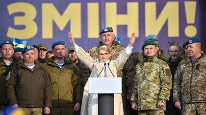 La ex primera ministra Yulia Tymoshenko, junto a soldados uncranianos (AFP)