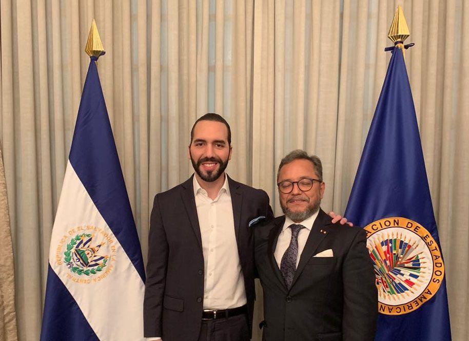 El presidente Bukele posa con el guatemalteco Ronalth Ochaeta, comisionado de CICIES, un organismo supranacional de apoyo a investigaciones por corrupción en El Salvador que, en principio fue apoyado por el mandatario. Bukele se deshizo de la comisión cuando esta empezó a investigar a su círculo cercano.