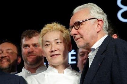 El recientemente galardonado chef de tres estrellas Michelin Kei Kobayashi del restaurante Kei posa junto al chef Alain Ducasse durante la ceremonia de entrega del Premio Guía Michelin 2020 en París, Francia. 27 de enero. REUTERS/Charles Platiau