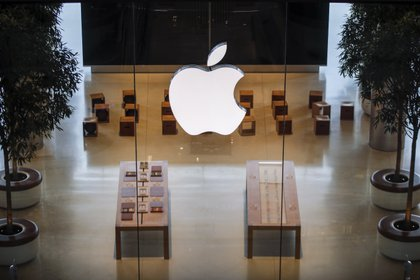 La diversificación de productos y servicios digitales de Apple ha sido la estrategia que los ayudó a recuperar la cima en el ranking de las marcas más valiosas de Estados Unidos.  EFE/EPA/DIEGO AZUBEL/Archivo