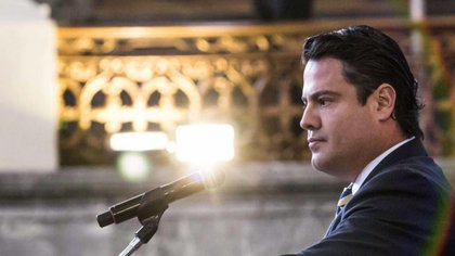 El ex gobernador de Jalisco fue asesinado de dos balazos por la espalda en el pasillo de las escaleras que conducen al sanitario de un bar (Foto: Arcivo)