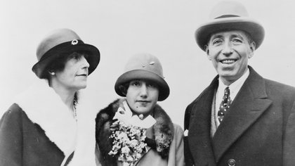 Pierre Camille Cartier junto con su esposa Elma y su hija Marion. en una foto del 8 de junio de 1926 (Granger/ Shutterstock)