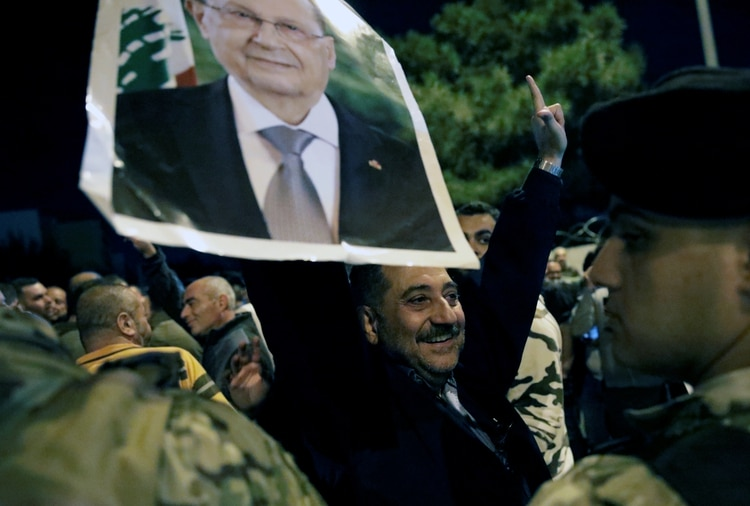 Un simpatizante sostiene una foto del presidente del Líbano Michel Aoun durante una manifestación en Hazmiyeh, Líbano, el 26 de noviembre de 2019. REUTERS/Andrés Martínez Casares