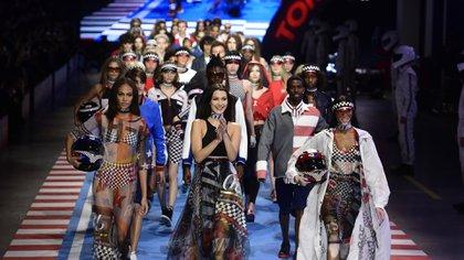 Joan Smalls, Bella Hadid y Winnie Harlow fueron protagonistas del cierre de TommyxGigi en Milán Fashion Week (AFP PHOTO / Miguel MEDINA)