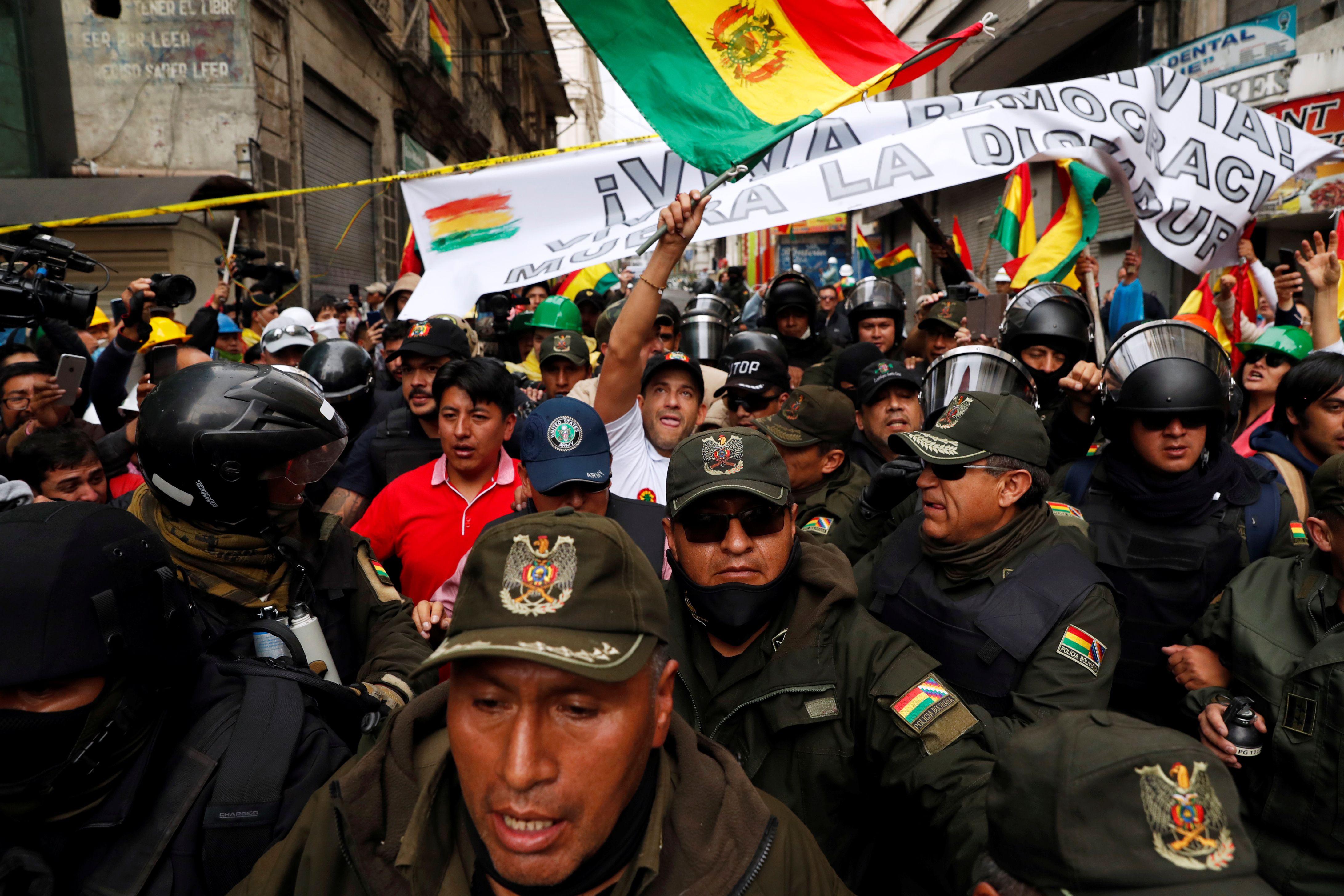 La policía y los militares acabaron custodiando a los grupos cívicos que se oponen a Morales