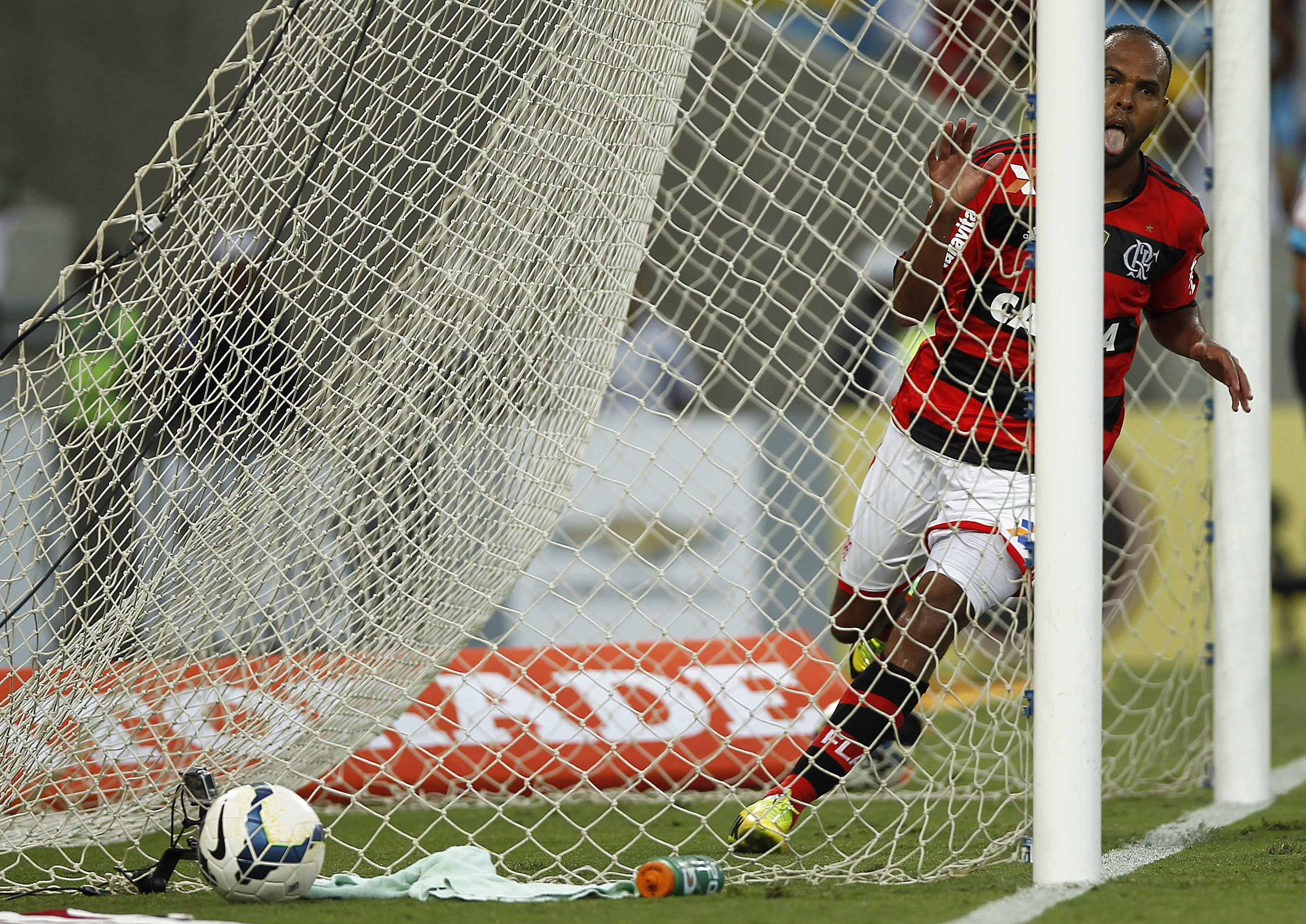Con el resultado, el Flamengo, comandado por Rogério Ceni y actual campeón brasileño, volvió con fuerza a la pelea por el título de la liga del fútbol en Brasil. En la imagen el registro de otra de las celebraciones del Flamengo. EFE/Antonio Lacerda/Archivo