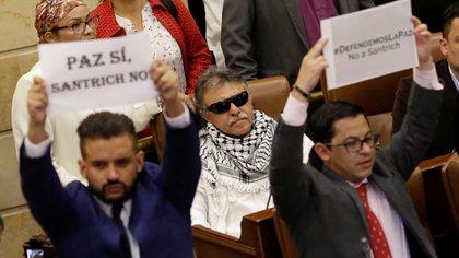 Jesús Santrich en el Congreso. Adelante de él, dos miembros del partido Verde protestan por la presencia del ex guerrillero. (Reuters)