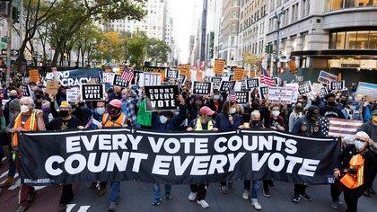 Cientos de ciudadanos fueron registrados este miércoles al protestar y exigir el recuento de votos en estados clave para la definición de la Elecciones Presidenciales estadounidenses, en la Quinta Avenida de Nueva York