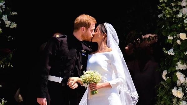 El primer beso entre el príncipe Harry y Meghan al salir de la capilla de St. George en donde se casaron