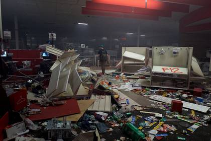 Los manifestantes saquearon e incendiaron la tienda Target cerca del tercer distrito policial de Minneapolis (REUTERS/Adam Bettcher)