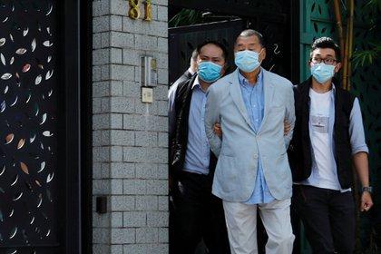El dueño de medios de Hong Kong, Jimmy Lai, fundador de Apple Daily es detenido en la redacción en la mañana del lunes 10 de agosto (Reuters)