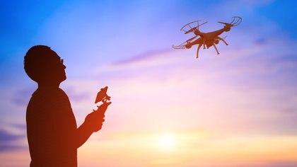 Todo drone debe ser operado por alguien que tenga un permiso oficial (Getty)