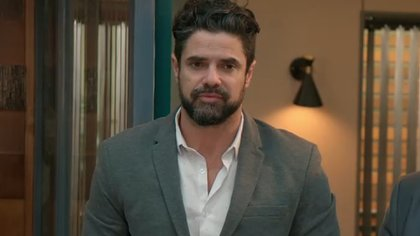 Manuel llega para hacerse cargo de la fusión de la empresa dónde trabaja Jazmín