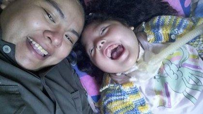 Alicia Iriarte, de 34 años, junto a su hija, fallecida por Covid-19. Tenía patologías preexistentes: parálisis cerebral y EPOC