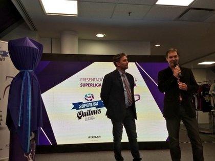 El presidente y Ceo de la Superliga, Mariano Elizondo, junto con el orfebre Adrián Pallarols en la presentación del trofeo