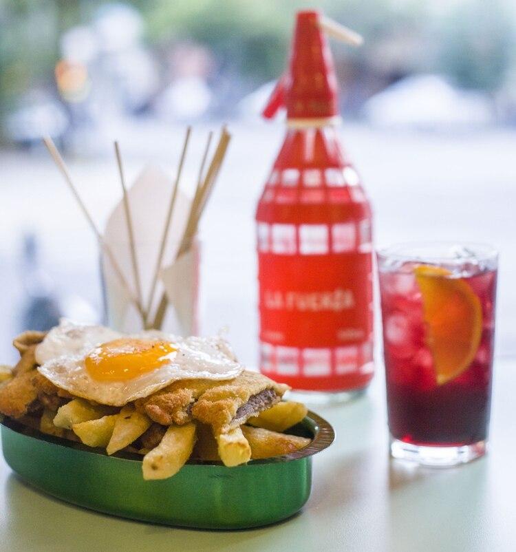 Milanesa a caballo, uno de los platos fuertes más pedidos para compartir que ofrece la carta gastronómica de la vermutería (La Fuerza)