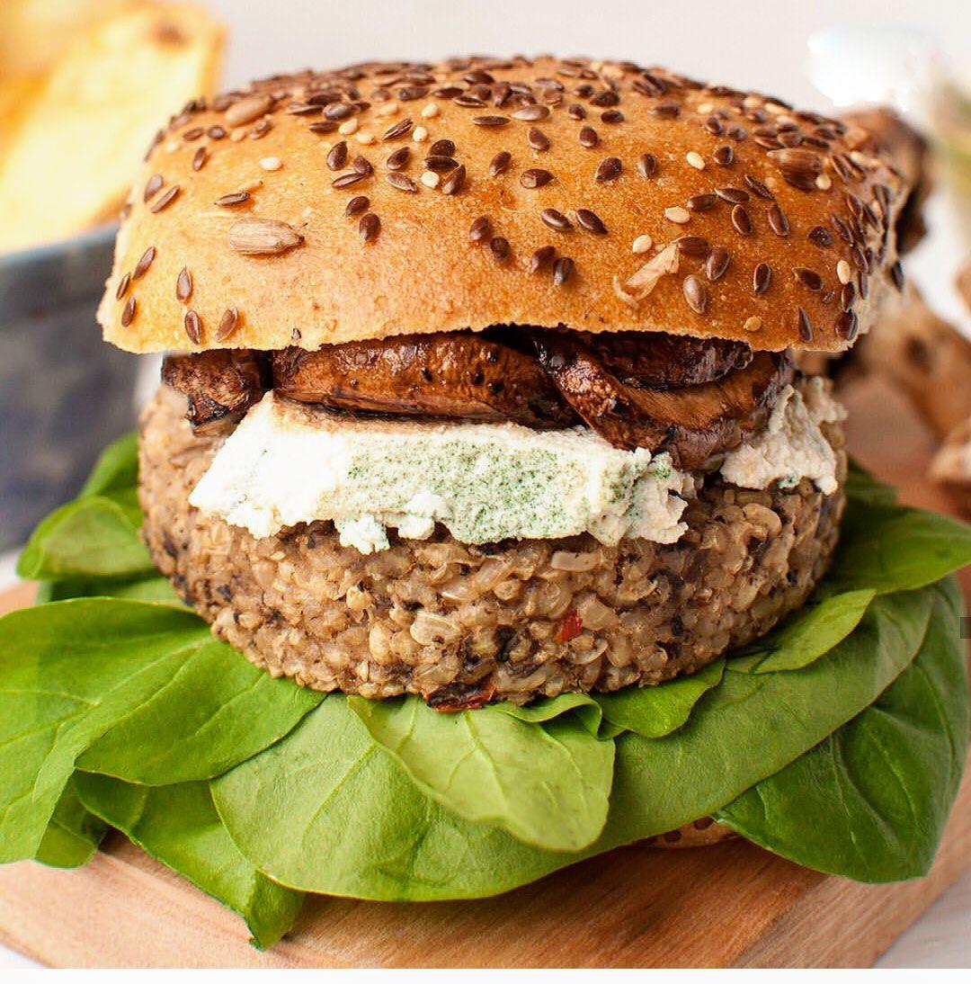 """La """"hamburguesa Le Bleu"""" que es un medallón de hongos, rúcula, espinaca, queso azul vegano y porotos al aceto"""