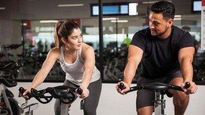 Los mayores de 18 años deben realizar al menos 150 minutos semanales de actividad moderada o 75 de una mayor intensidad (IStock)
