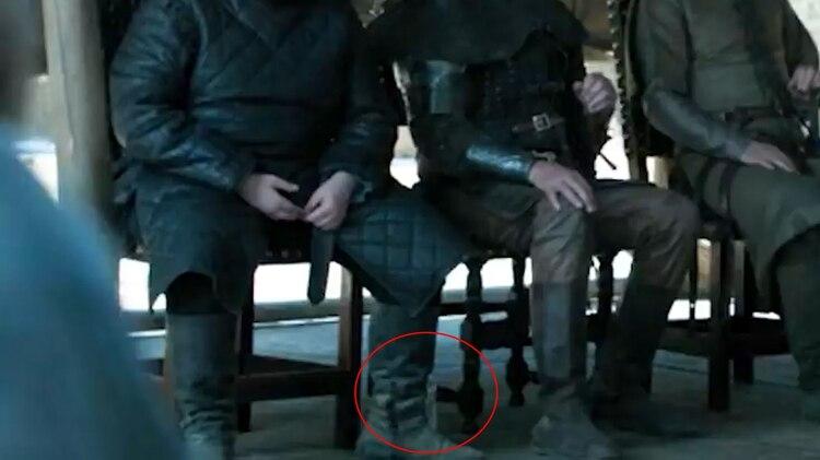 La botella de agua detrás de uno de los actores en una escena que salió en pantalla